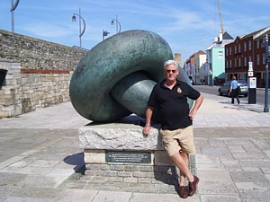 Mike Ey with sculpture in Old Portsmouth commemorating departure of First Fleet to Australia